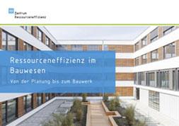 Publikationscover: Ressourceneffizienz im Bauwesen. Von der Planung bis zum Bauwerk. Innenhof eines Gebäudes mit Pflanzen und Sitzgelegenheiten.