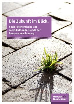"""Publikationscover: Nahaufnhame eines gepflasterten Weges, aus dessen Fugen ein Büschel gras wächst. Darüber der Titel: """"Die Zukunft im Blick. Sozio-ökonomische und sozio-kulturelle Trends der Ressourcenschonung."""""""